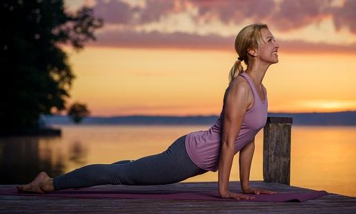 Yoga für die Frau Ü40 - Nach oben schauender Hund